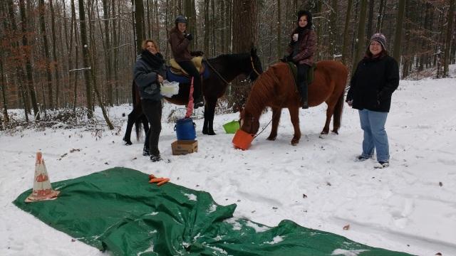 Stärkung an der Plane im Wald